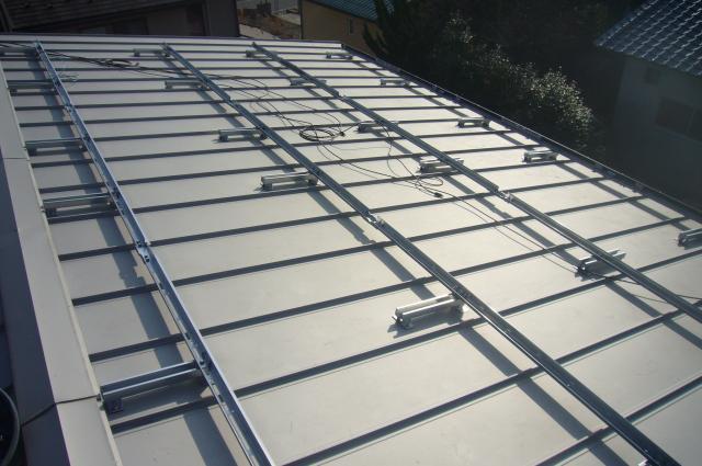 金属屋根に太陽光発電の金具を取付け