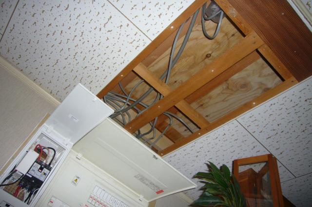 天井のパネルを外す