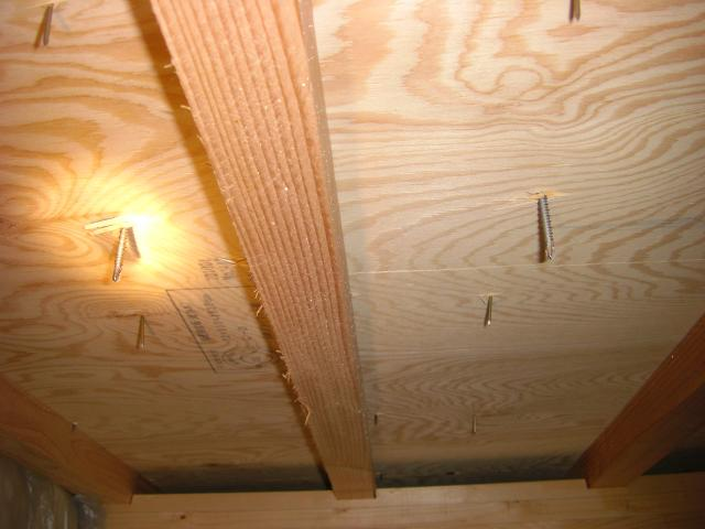 屋根裏 垂木に金具を固定