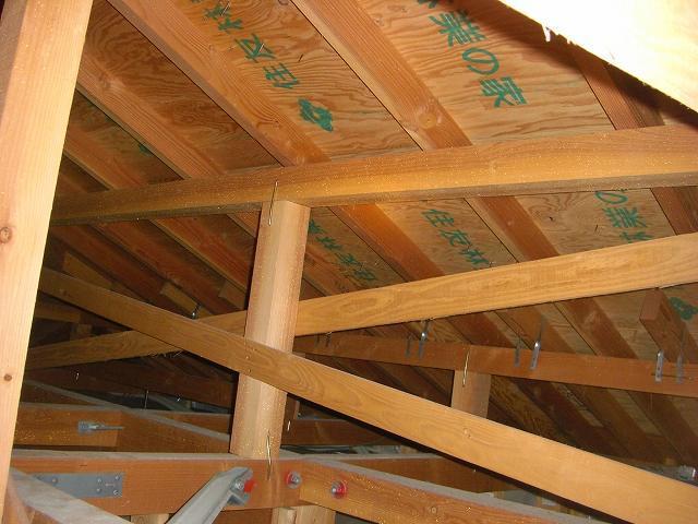 屋根裏で垂木の確認