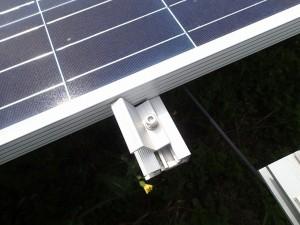 太陽光パネルの押さえ金具が外れている