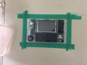 エコキュートのお風呂リモコンをコーキングするためにマスキングテープ