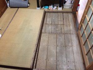 畳から床下に入って配管の点検
