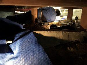 床下での水漏れ修理