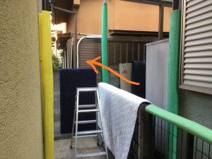 電気温水器を柵を超えて運搬