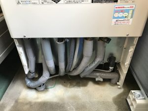エコキュートの配管を保温材で仕上げ