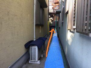 電気温水器を柵の上から運搬