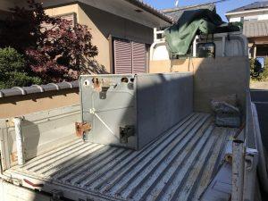 電気温水器を撤去してトラックに乗せる
