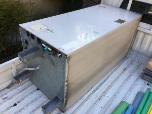 電気温水器をトラックに運搬