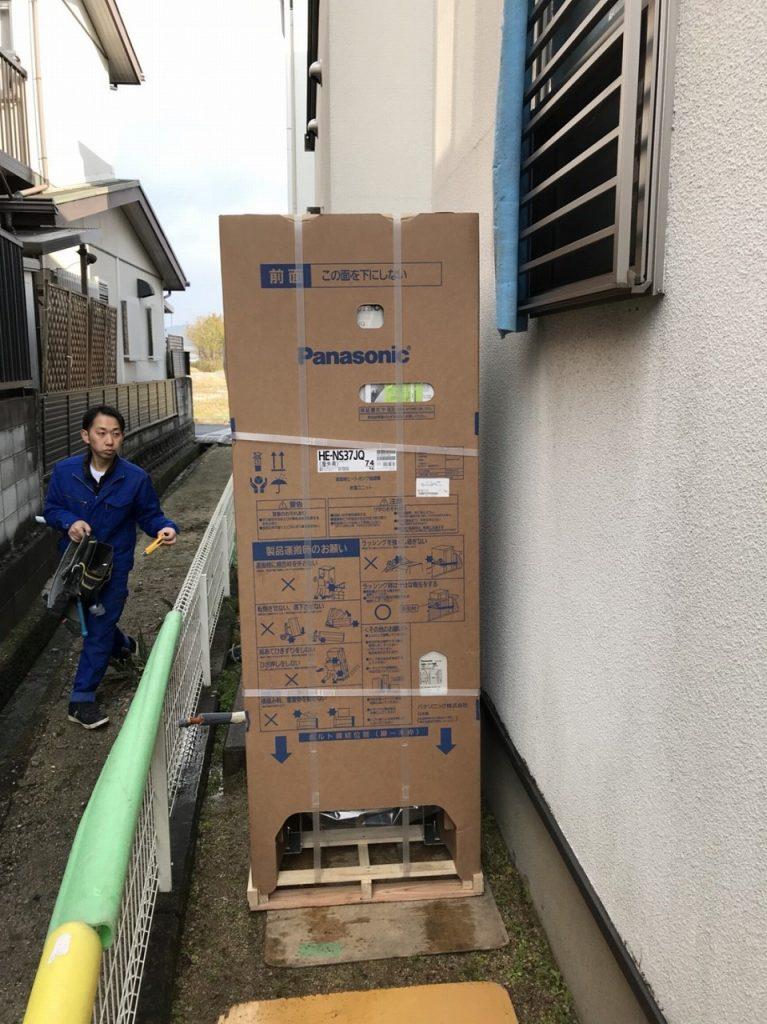 エコキュートを梱包のまま運ぶ