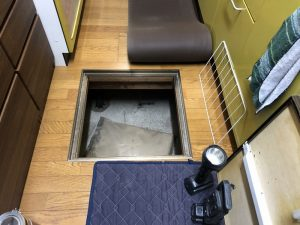 床下収納庫から作業