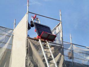 昇降機にて太陽光パネルを屋根に