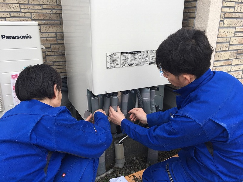 保温材を巻く作業
