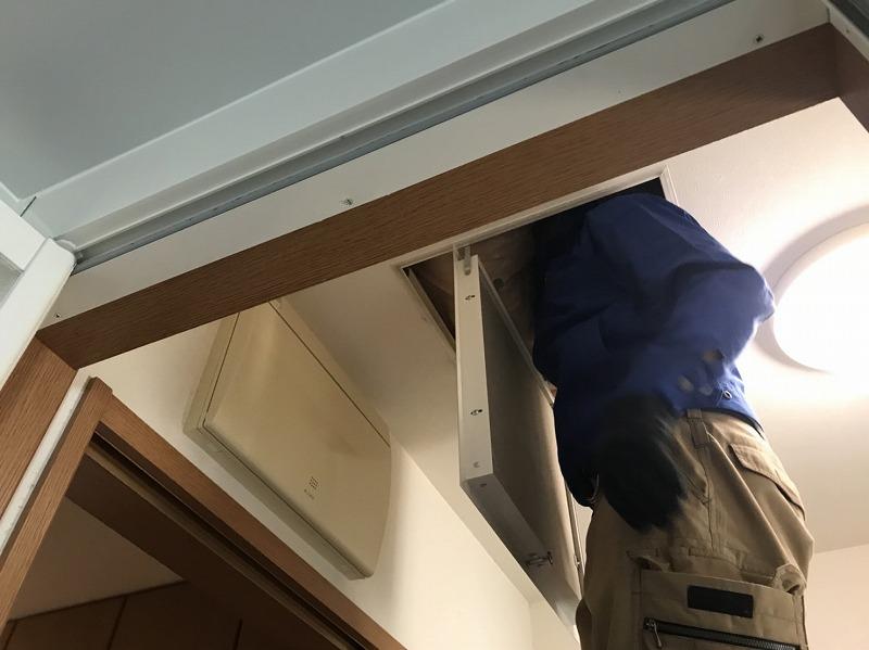 天井点検口から配線作業