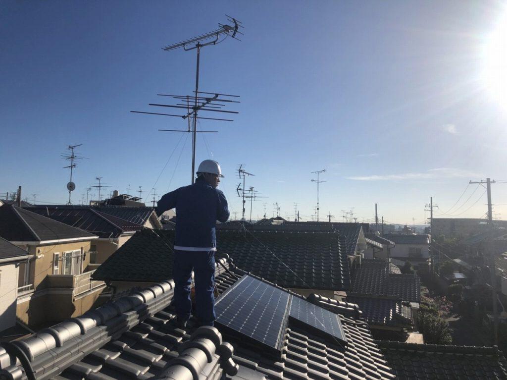 屋根上で太陽光発電の点検
