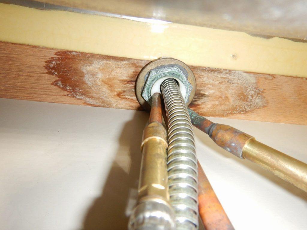 台所の蛇口の取替えはシンクの下から