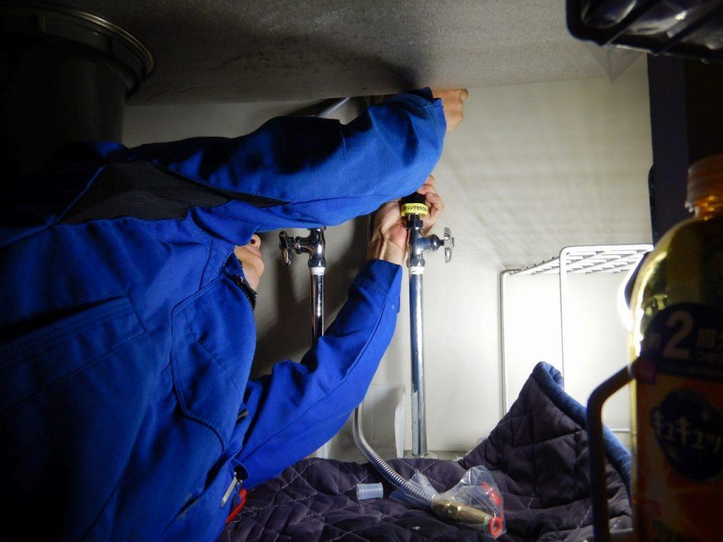 台所の下で配管接続