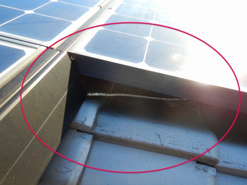 太陽光ケーブルが垂れさがってる