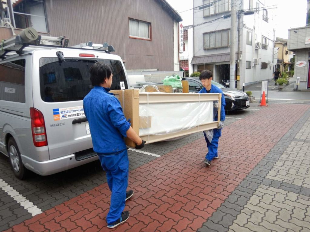 新しい電気温水器を梱包で運搬