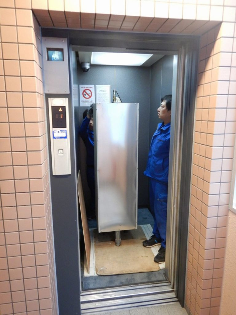 エレベーターを使って撤去