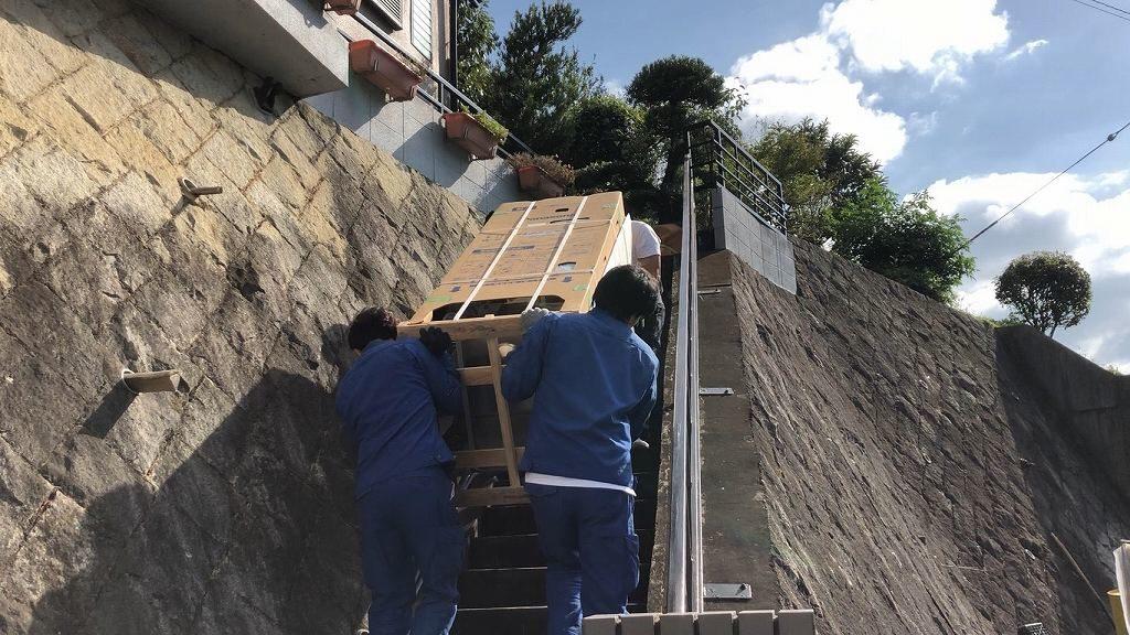 階段登ってエコキュート運ぶ