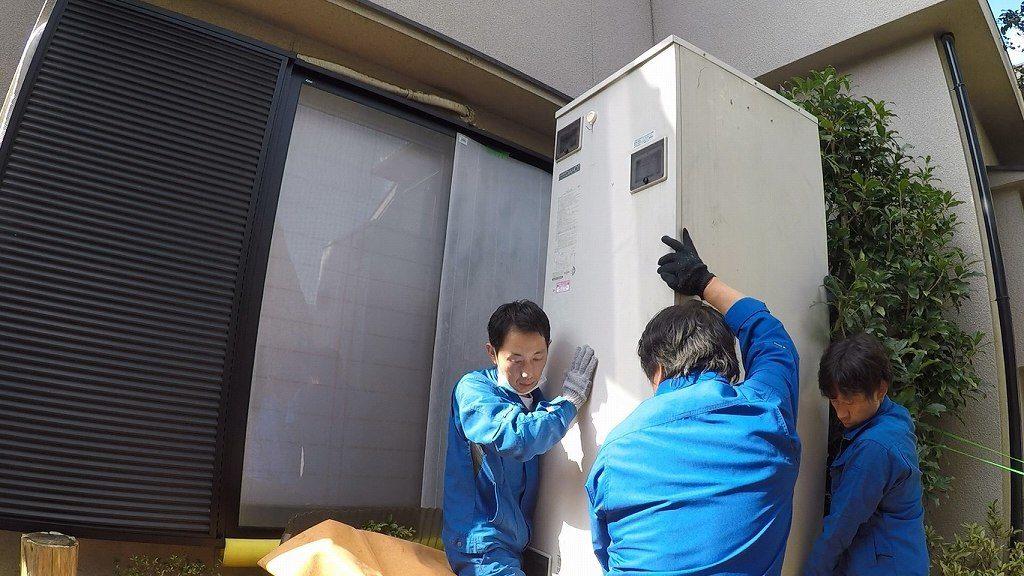 電気温水器を持ち上げる