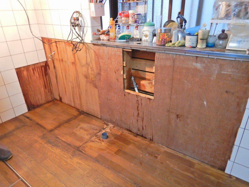 置台キッチンを撤去傷んだフローリング