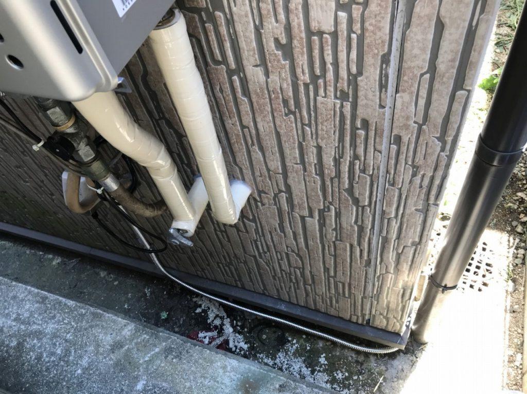 10 配管を保護するため保温材、保護テープで仕上げています