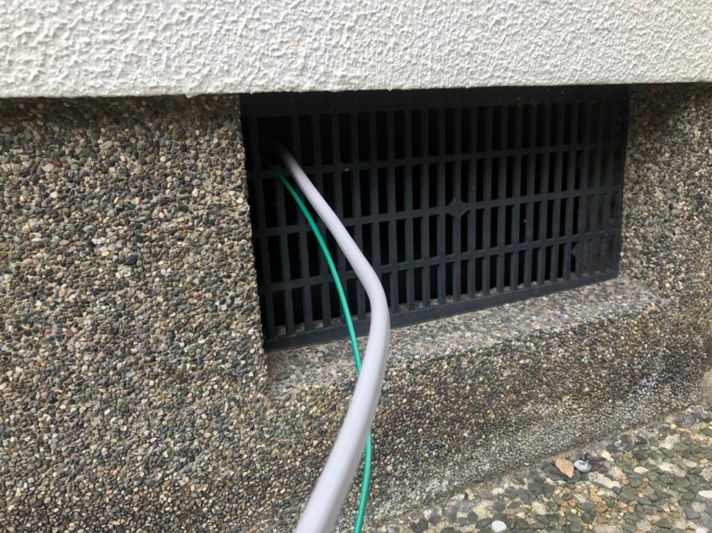 床下から配線を出します
