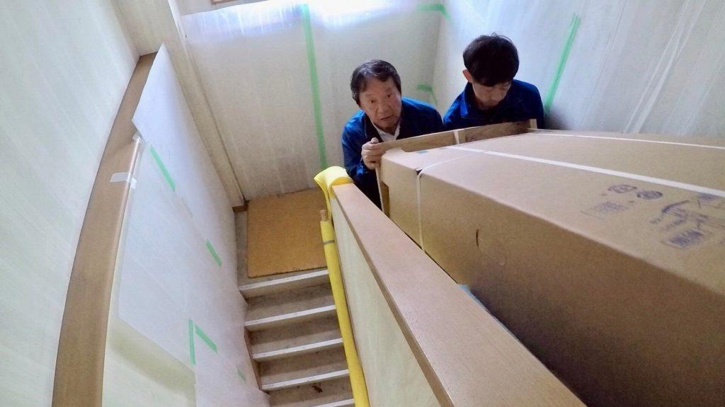 エコキュートを階段運搬