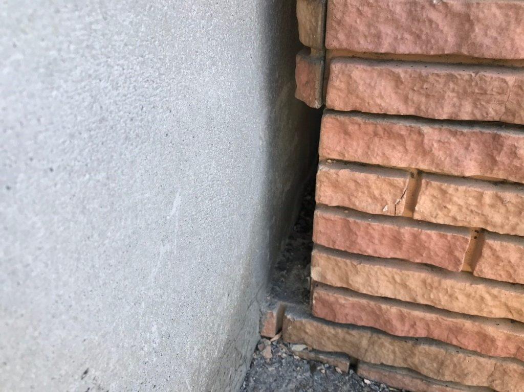 ブロック塀を割って、配管スペースを作る