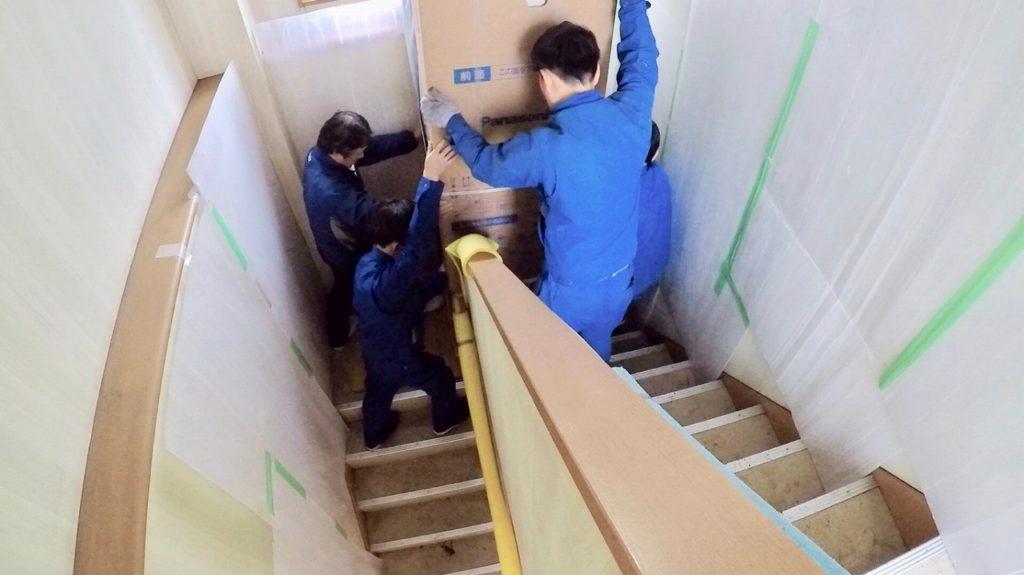 エコキュートを狭いスペースを運搬