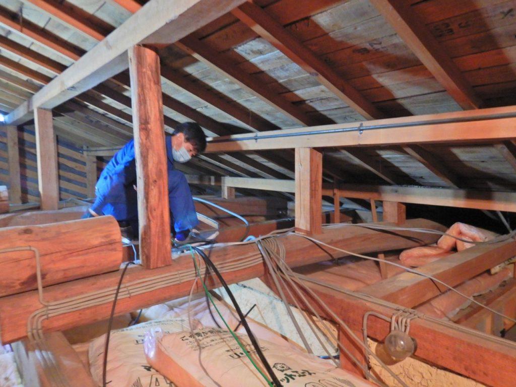 屋根裏で配線作業