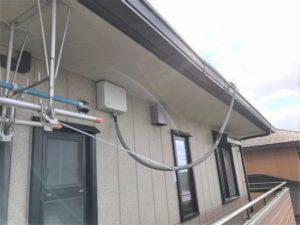 太陽光発電のケーブルがたれさがってきた
