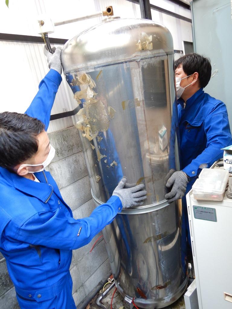 電気温水器の中に丸いタンク