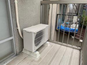 6畳用エアコン室外機をベランダに設置
