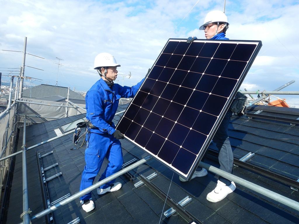太陽光発電パネルを運ぶ