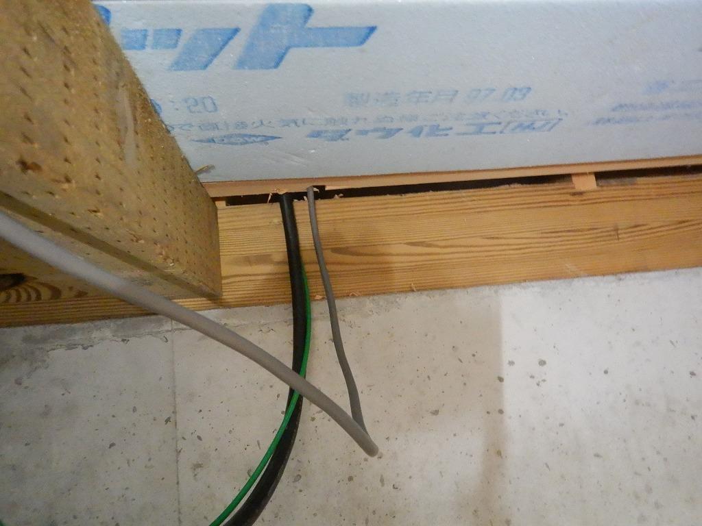 床下から蓄電池の配線をする