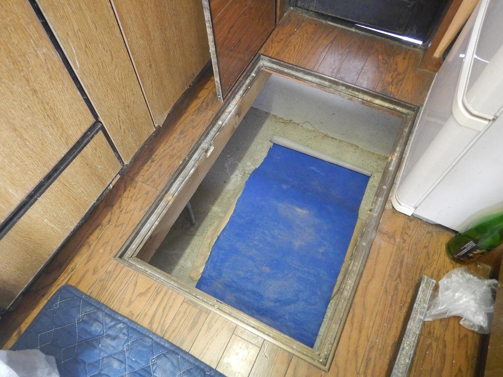床下収納庫から床下に入る