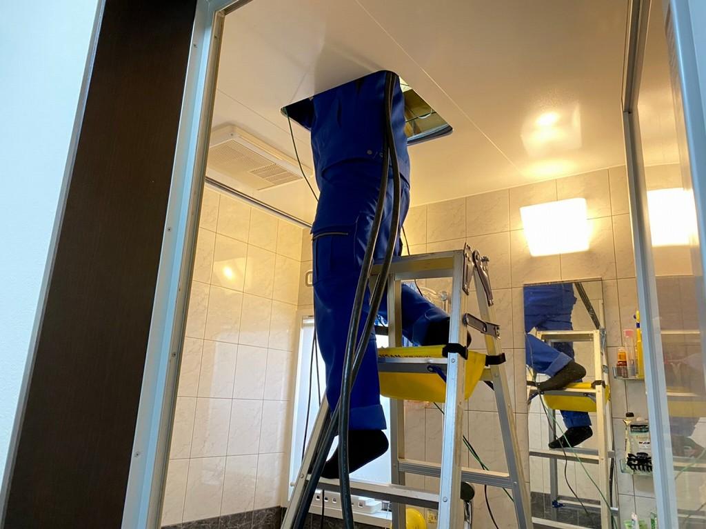 浴室の点検口を利用して配線工事