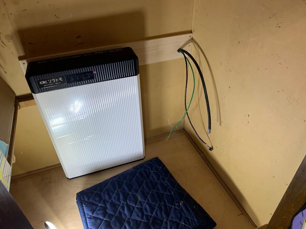 蓄電池の配線を壁から出す