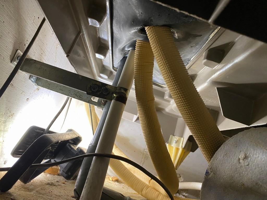 床下から配管工事