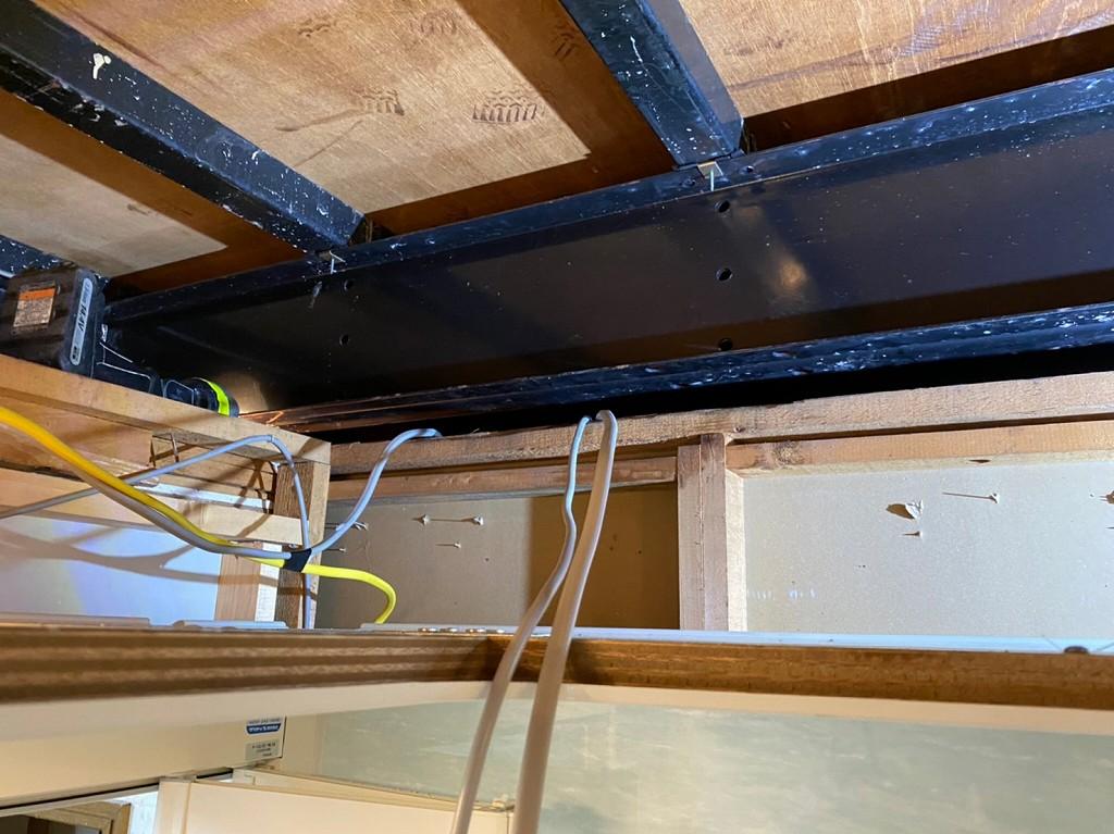 天井裏を配線