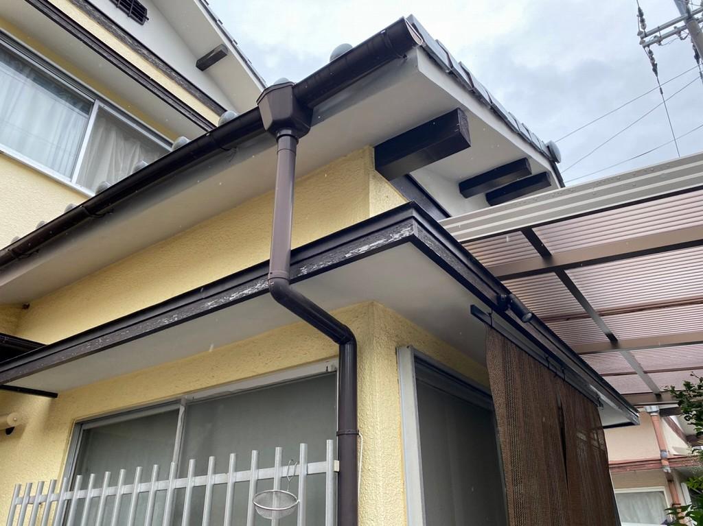 雨樋がカーポートの屋根に当たる