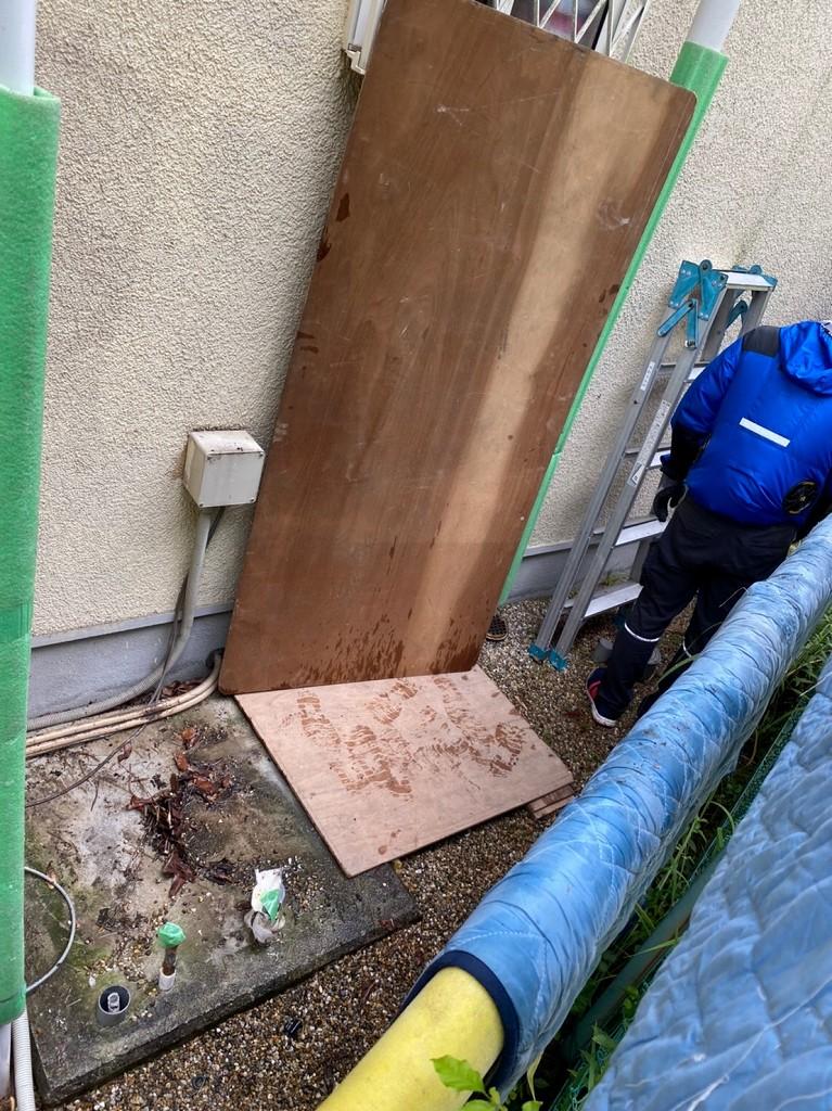 狭い場所から電気温水器を撤去
