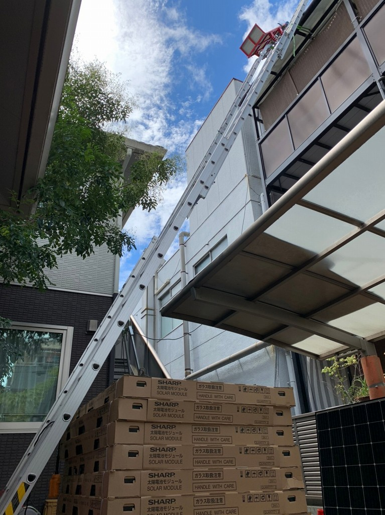 太陽光パネルを3階まで運ぶ荷上げ機