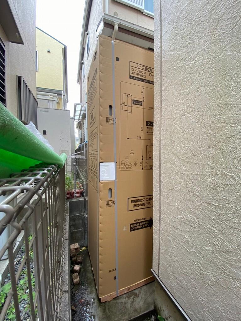 狭い場所をエコキュートを運搬