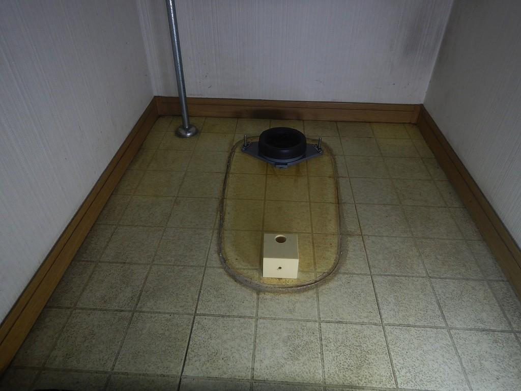 トイレの便器を外した状態