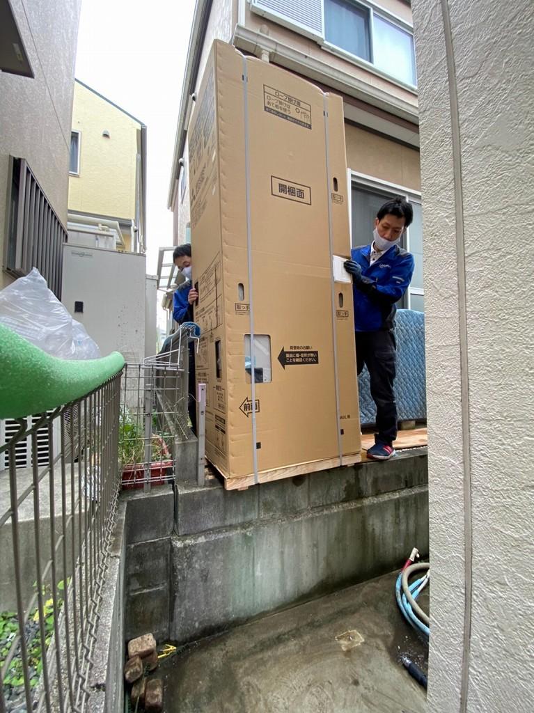 隣の家からエコキュートを運ぶ