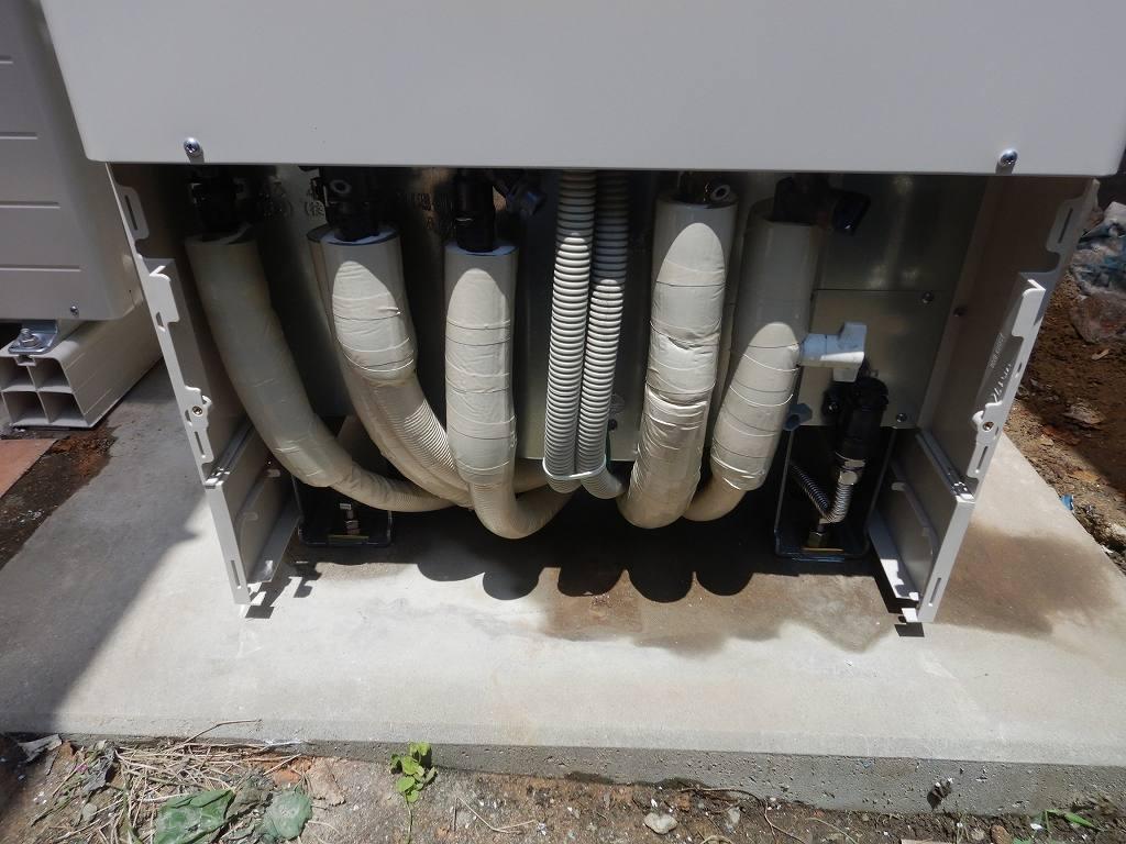 エコキュートにつながってる配管は全て断熱材で保護